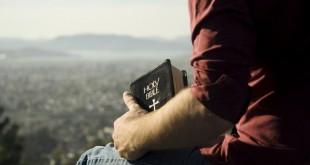 Мъж с Библия