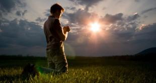 Молещ се мъж
